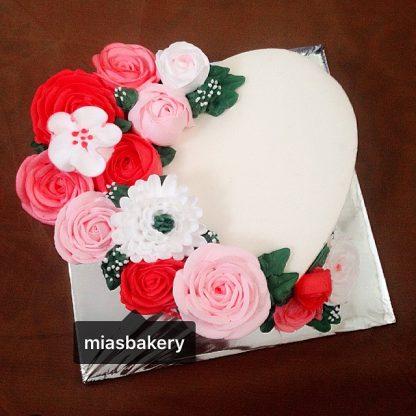 Bánh trái tim hoa kem